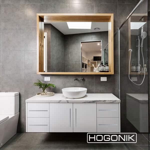 آینه دستشویی قفسه ای طرح چوب به همراه روشویی کابینتی سفید